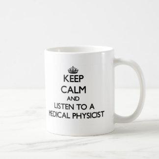 Guarde la calma y escuche un físico médico taza clásica