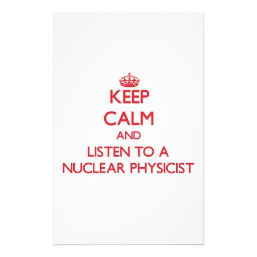 Guarde la calma y escuche un físico nuclear papeleria de diseño