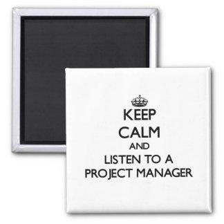 Guarde la calma y escuche un gestor de proyecto imán cuadrado