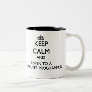 Guarde la calma y escuche un informático taza de café