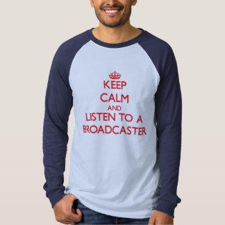Guarde la calma y escuche un locutor camisas