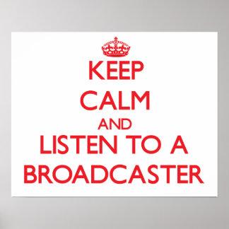 Guarde la calma y escuche un locutor posters