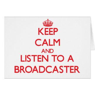 Guarde la calma y escuche un locutor tarjeta de felicitación