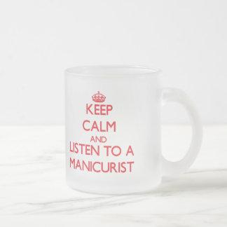 Guarde la calma y escuche un manicuro taza de cristal