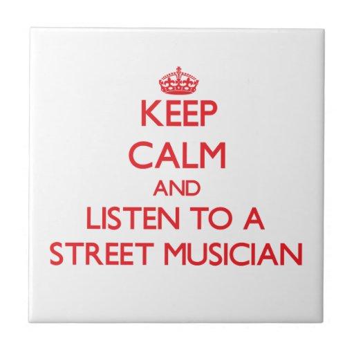 Guarde la calma y escuche un músico de la calle teja