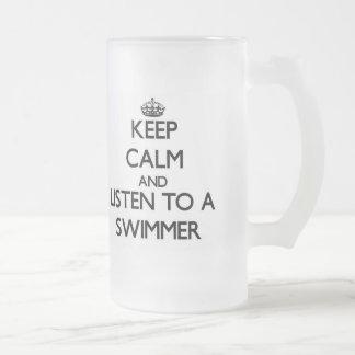 Guarde la calma y escuche un nadador taza de café