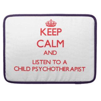 Guarde la calma y escuche un niño Psychoarapist Fundas Para Macbooks