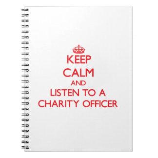 Guarde la calma y escuche un oficial de la caridad libretas