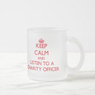 Guarde la calma y escuche un oficial de la caridad taza cristal mate