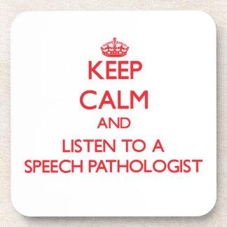 Guarde la calma y escuche un patólogo de discurso posavasos de bebidas