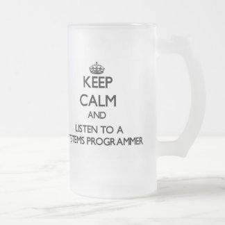 Guarde la calma y escuche un programador taza