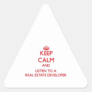 Guarde la calma y escuche un promotor inmobiliario calcomanías de triangulos