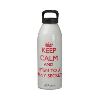 Guarde la calma y escuche un secretario de la empr botellas de beber