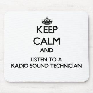 Guarde la calma y escuche un técnico sano de radio alfombrilla de ratón
