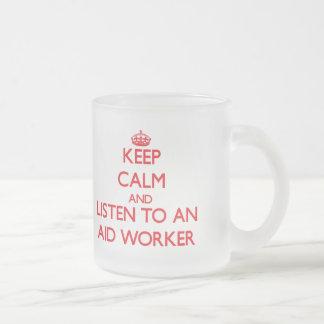 Guarde la calma y escuche un trabajador de ayuda tazas