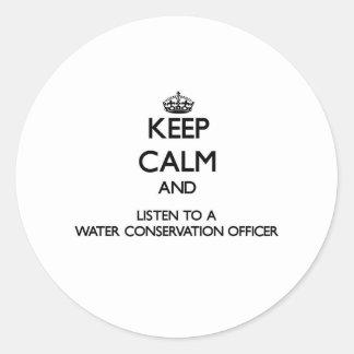 Guarde la calma y escuche una protección de agua O Pegatina Redonda