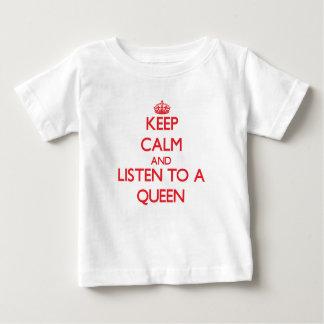 Guarde la calma y escuche una reina playera de bebé