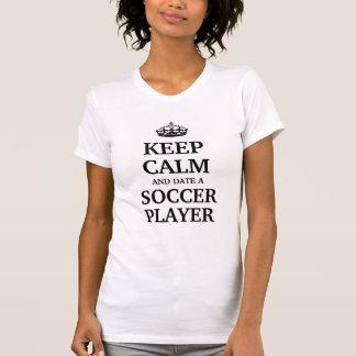 Guarde la calma y feche a un jugador de fútbol camiseta