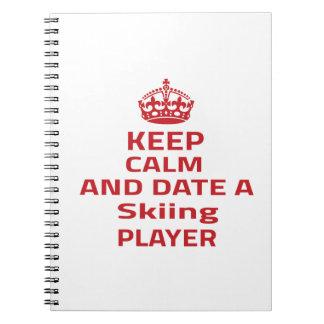 Guarde la calma y feche a un jugador del esquí libros de apuntes con espiral