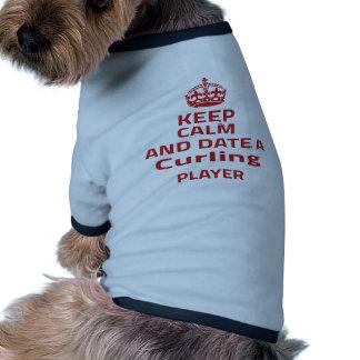 Guarde la calma y feche a un jugador que se camiseta con mangas para perro