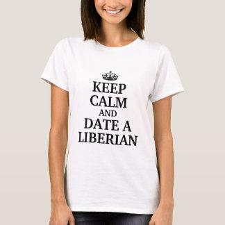 Guarde la calma y feche a un liberiano playera