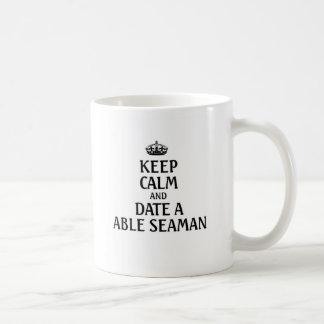 Guarde la calma y feche a un marinero capaz taza clásica