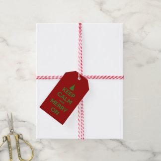 Guarde la calma y feliz en rojo y verde etiquetas para regalos