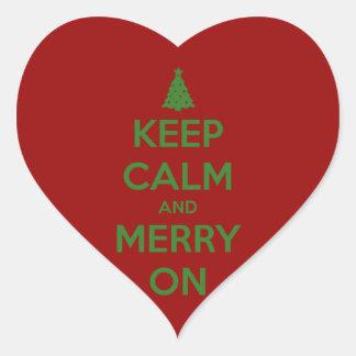 Guarde la calma y feliz en rojo y verde pegatina en forma de corazón