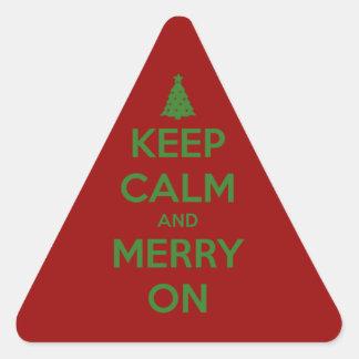 Guarde la calma y feliz en rojo y verde pegatina triangular