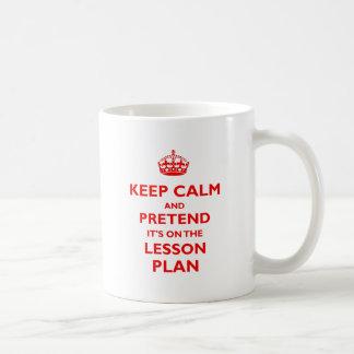 Guarde la calma y finja (el rojo) taza