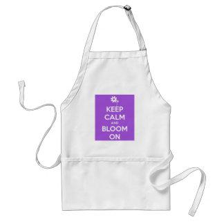 Guarde la calma y florezca en delantal púrpura