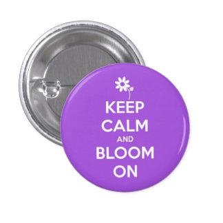 Guarde la calma y florezca en el botón púrpura de
