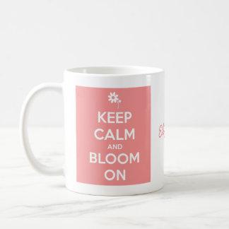 Guarde la calma y florezca en el rosa y el blanco taza básica blanca