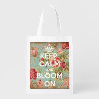 Guarde la calma y florezca en fondo subió vintage bolsas para la compra