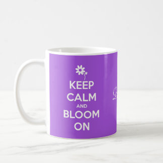Guarde la calma y florezca en la púrpura taza básica blanca