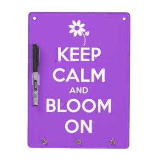 Guarde la calma y florezca en púrpura pizarra blanca