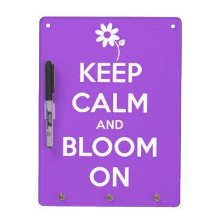 Guarde la calma y florezca en púrpura tablero blanco