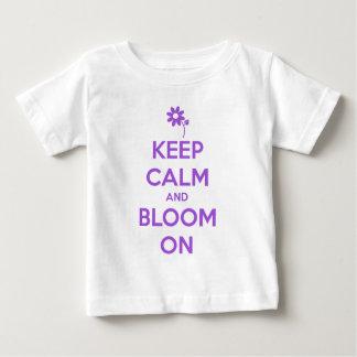 Guarde la calma y florezca en púrpura camiseta