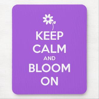 Guarde la calma y florezca en púrpura tapete de ratones
