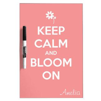 Guarde la calma y florezca en rosa pizarra blanca