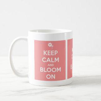 Guarde la calma y florezca en rosa y blanco taza básica blanca