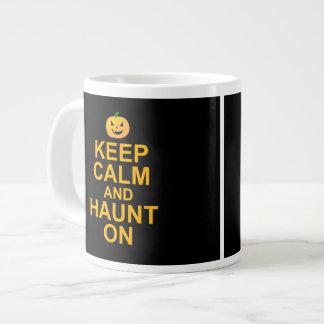 Guarde la calma y frecuente encendido, Halloween Taza Extra Grande