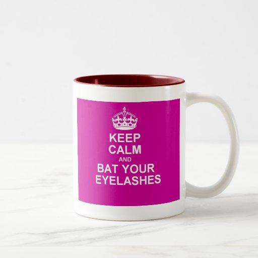 Guarde la calma y golpee sus pestañas taza de café de dos colores