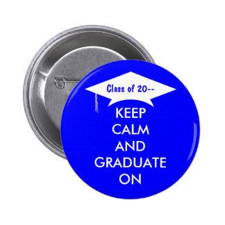 Guarde la calma y gradúe en azul real y blanco pin redondo 5 cm