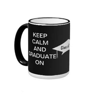 Guarde la calma y gradúe en blanco y negro taza a dos colores