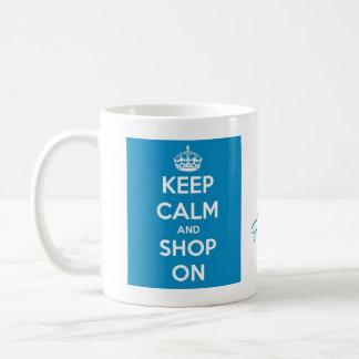Guarde la calma y haga compras azul brillante taza de café