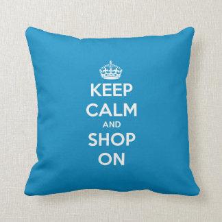 Guarde la calma y haga compras en azul brillante cojín decorativo