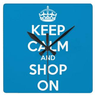 Guarde la calma y haga compras en azul brillante reloj cuadrado