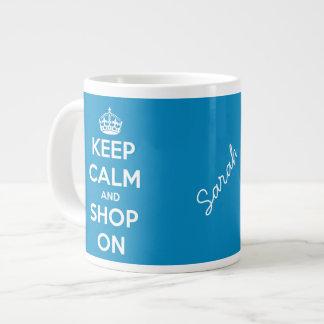 Guarde la calma y haga compras en azul brillante taza de café gigante