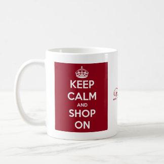Guarde la calma y haga compras en el rojo taza de café